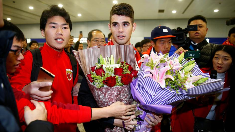 Brazilian international midfielder Oscar arrives at the Shanghai Pudong International Airport, after agreeing to join China super league football club Shanghai SIPG from Chelsea in Shanghai
