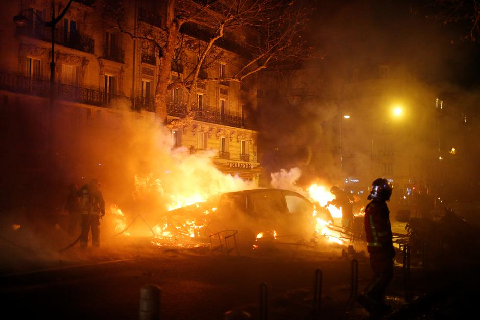Firemen extinguish burning cars set afire by protesters wearing yellow vests, a symbol of a French drivers' protest against higher diesel fuel taxes, during clashes near the Place de l'Etoile in Paris | Autor: STEPHANE MAHE