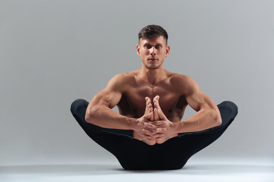 Handsome man doing yoga pose | Autor: 123RF