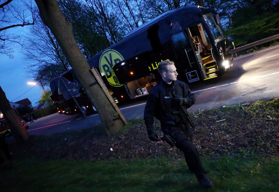 Police with the Borussia Dortmund team bus after an explosion near their hotel before the game | Autor: Kai Pfaffenbach
