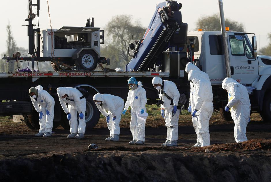 Forensic technicians work at the site where a fuel pipeline ruptured by suspected oil thieves exploded, in the municipality of Tlahuelilpan | Autor: HENRY ROMERO