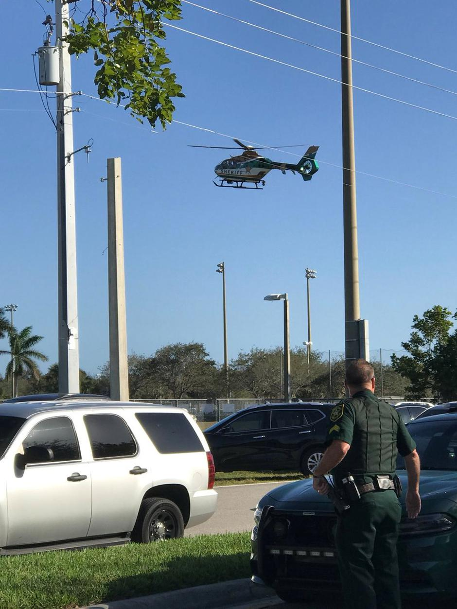 Police cars and a helicopter are seen in Coral Springs after a shooting at the Marjory Stoneman Douglas High School in Parkland | Autor: SOCIAL MEDIA