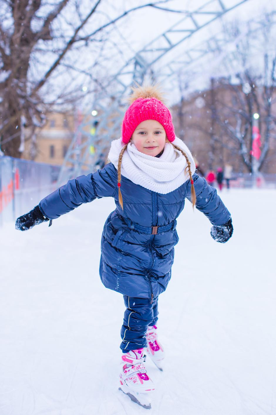 Adorable little girl skating on the ice-rink | Autor: travnikovstudio