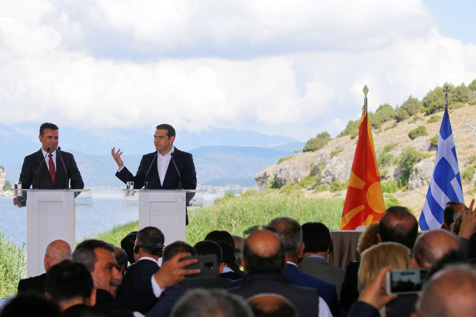 Greek Prime Minister Alexis Tsipras and Macedonian Prime Minister Zoran Zaev speak before the signing of an accord to settle a long dispute over the former Yugoslav republic's name in the village of Psarades | Autor: ALKIS KONSTANTINIDIS