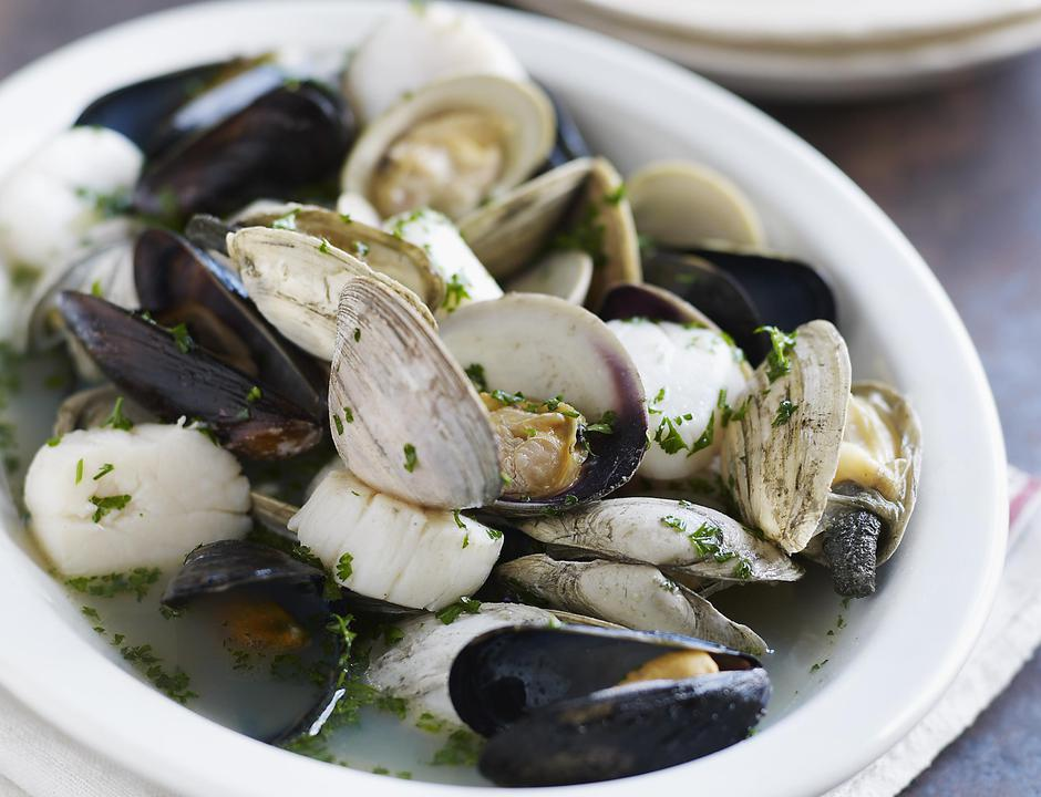 Mussels, scallops, clams in broth | Autor: Alexandra Grablewski