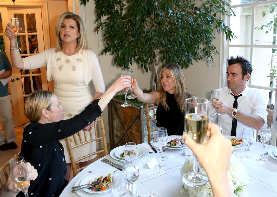 Arianna Huffington Hosts Special Lunch At Home For Jennifer Aniston To Celebrate CAKE | Autor: Ari Perilstein