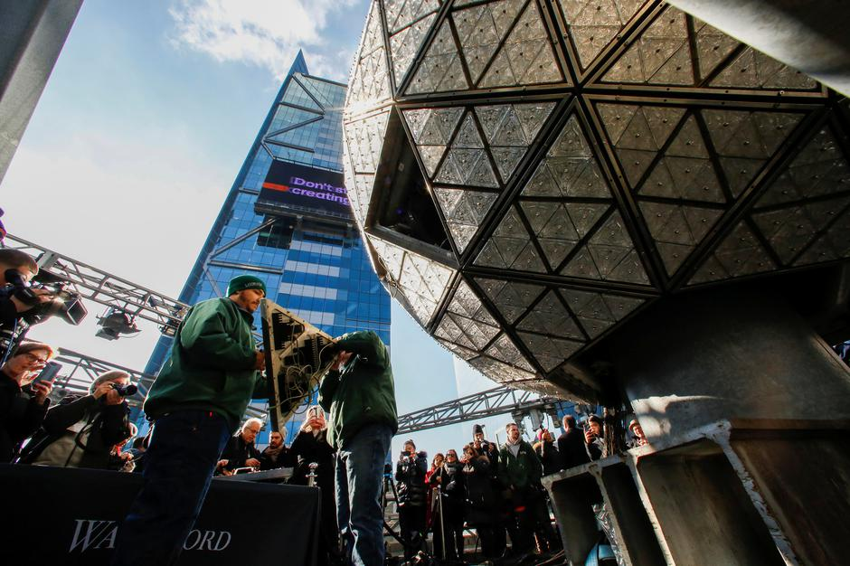 Workers get ready to install Waterford Crystal triangles on the Times Square New Year's Eve Ball on the roof of One Times Square in the Manhattan borough of New York | Autor: EDUARDO MUNOZ