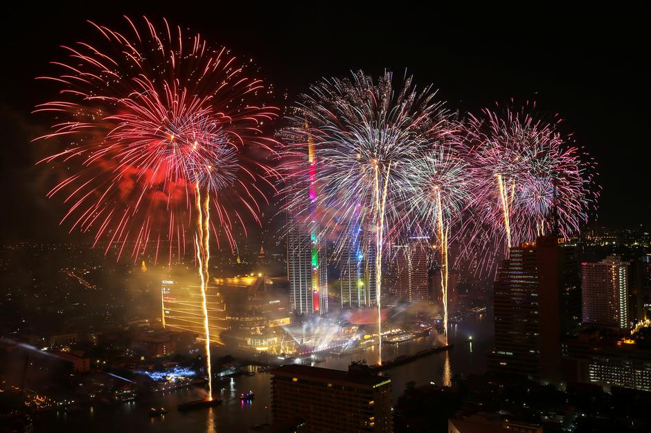 Fireworks explode over Chao Phraya River during the New Year celebrations in Bangkok | Autor: ATHIT PERAWONGMETHA
