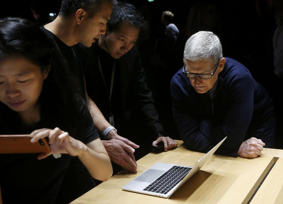 Apple CEO Tim Cook views the new MacBook Pro in the demo room after an Apple media event in Cupertino | Autor: BECK DIEFENBACH