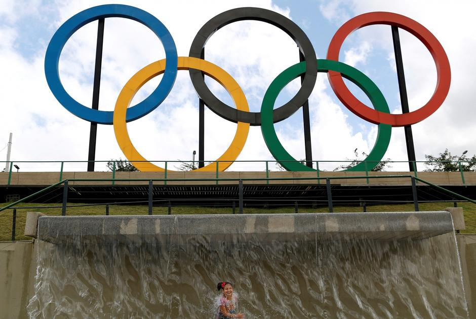 FILE PHOTO: A child plays in water near Olympic rings placed at Madureira Park ahead of the Rio 2016 Olympic Games in Rio de Janeiro | Autor: BRUNO KELLY/REUTERS/PIXSELL/REUTERS/PIXSELL