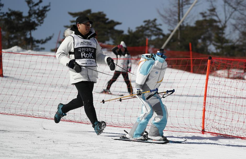 A robot skis during practice at the Ski Robot Challenge at a ski resort in Hoenseong | Autor: KIM HONG-JI