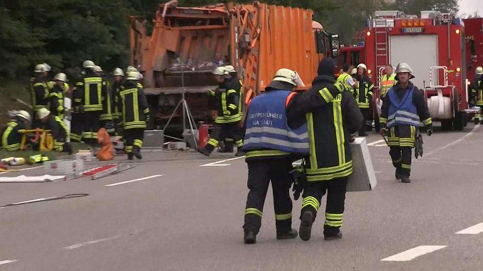 A still image taken from a video shows firefighters at a garbage truck which tipped over and landed on a car in Nagold | Autor: REUTERS TV/REUTERS/PIXSELL/REUTERS/PIXSELL