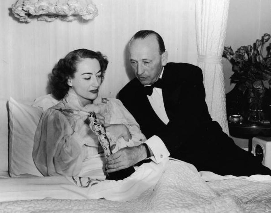 Crawford Receives Oscar In Bed | Autor: Pictorial Parade