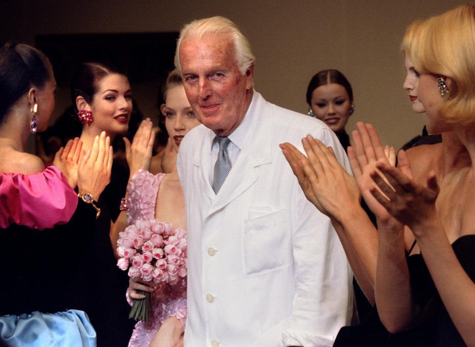 FILE PHOTO: French fashion designer Hubert de Givenchy is applauded by the models after he presented his last High Fashion collection Autumn/Winter 1995 in Paris | Autor: STRINGER/REUTERS/PIXSELL/REUTERS/PIXSELL