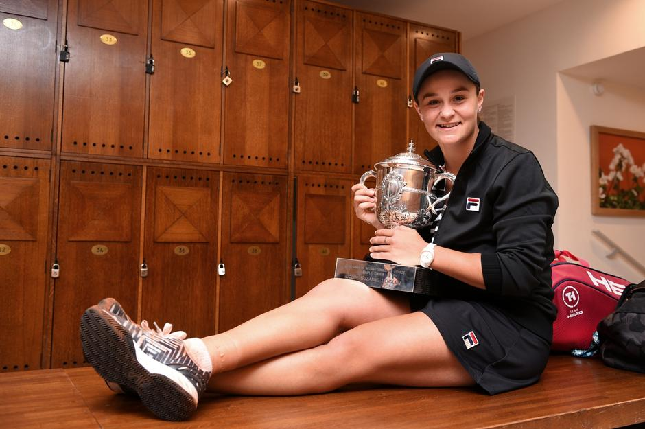 Australia's Ashleigh Barty poses with her Suzanne Lenglen trophy in the changing room, after winning the women's singles final match against Czech Republic's Marketa Vondrousova, on day fourteen of the Roland Garros 2019 French Open in Paris | Autor: Handout/REUTERS/PIXSELL/REUTERS/PIXSELL