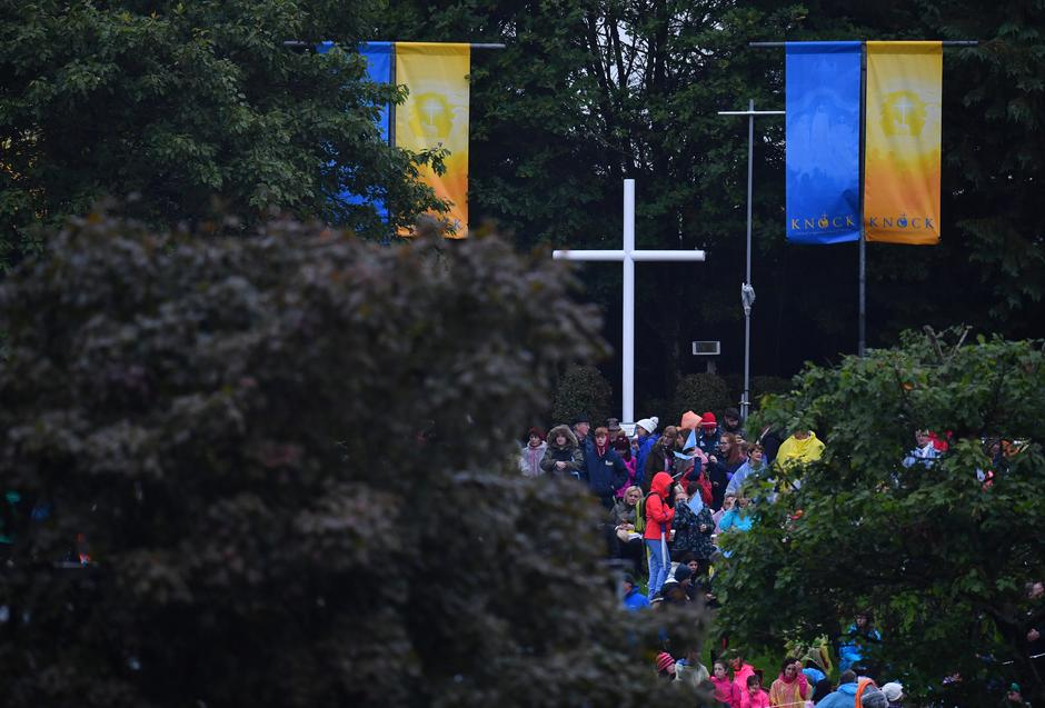 The faithful wait ahead of a visit of Pope Francis to Knock Shrine in Knock | Autor: DYLAN MARTINEZ