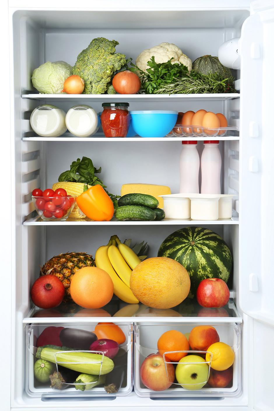 Open fridge full of vegetables and fruits | Autor: Dreamstime