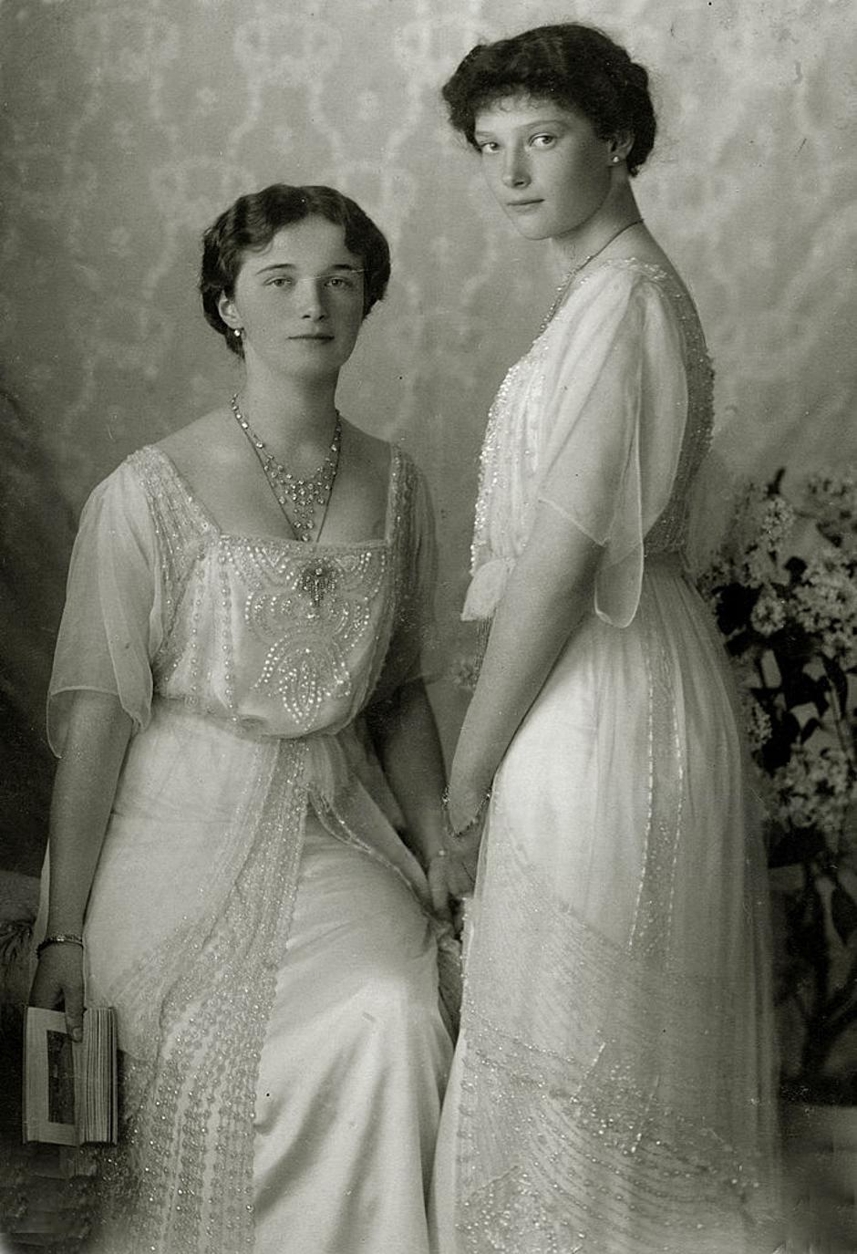 Russian Royalty, pic: circa 1914, The Grand Duchess Olga, left, with her sister the Grand Duchess Tatiana, the daughters of Tsar Nicholas II | Autor: Popperfoto