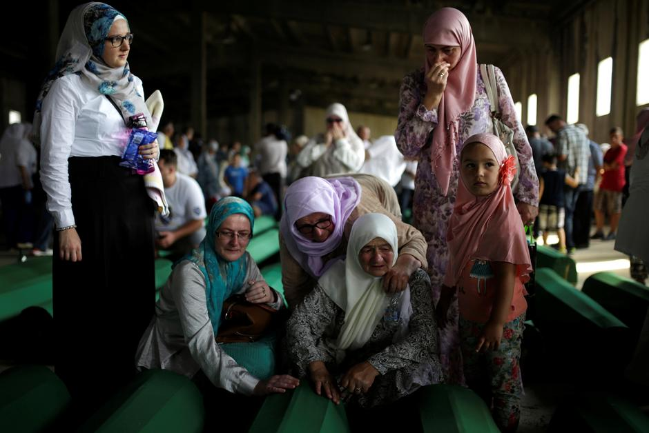 Muslim women cry near coffins of their relatives, who are newly identified victims of the 1995 Srebrenica massacre, which are lined up for a joint burial in Potocari near Srebrenica | Autor: Dado Ruvic/REUTERS