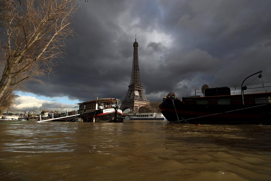 A view shows peniche houseboats moored and the Eiffel Tower along the flooded banks of the River Seine after days of almost non-stop rain caused flooding in the country in Paris | Autor: GONZALO FUENTES