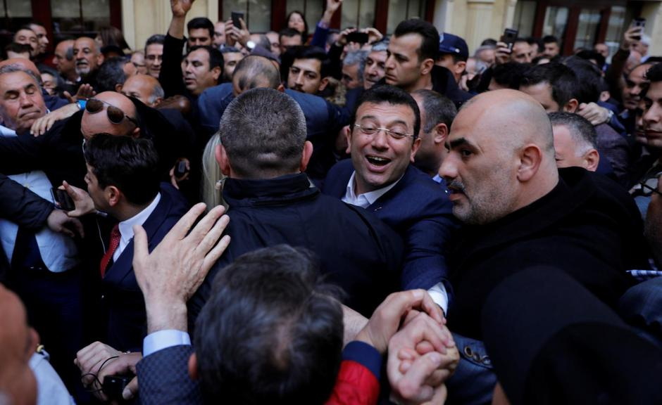 Main opposition Republican People's Party  mayoral candidate Ekrem Imamoglu greets his supporters during a gathering in Istanbul | Autor: UMIT BEKTAS/REUTERS/PIXSELL/REUTERS/PIXSELL