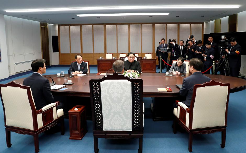 South Korean President Moon Jae-in talks with North Korean leader Kim Jong Un during their meeting at the Peace House | Autor: HANDOUT