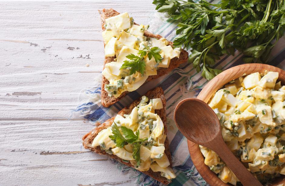 toasts and egg salad with herbs horizontal top view | Autor: ALLEKO