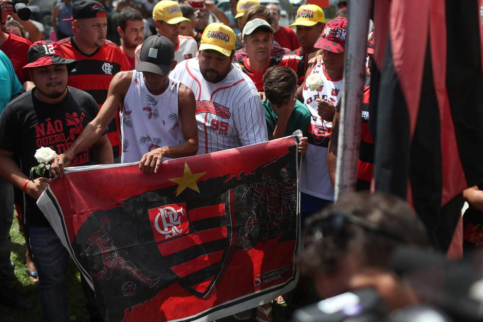 Fans of Brazilian football club Flamengo gather to lay flowers at the club's entrance, after a deadly fire, in Rio de Janeiro | Autor: RICARDO MORAES