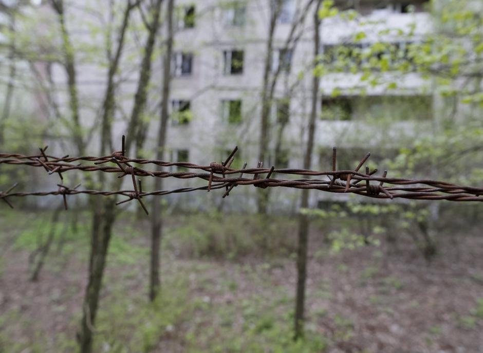 Barbed wire is seen surrounding a building in the abandoned city of Pripyat near the Chernobyl nuclear power plant | Autor: GLEB GARANICH
