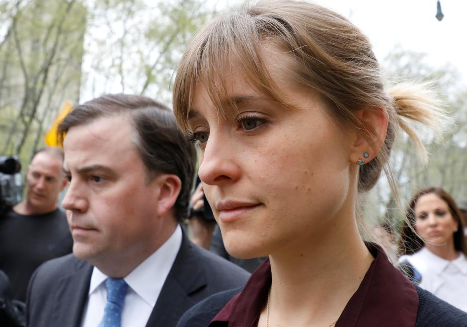 Actor Allison Mack, known for her role in the TV series 'Smallville', exits with her lawyer following a hearing on charges of sex trafficking in relation to the Albany-based organization Nxivm at United States Federal Courthouse in Brooklyn, New York | Autor: BRENDAN MCDERMID/REUTERS/PIXSELL/REUTERS/PIXSELL