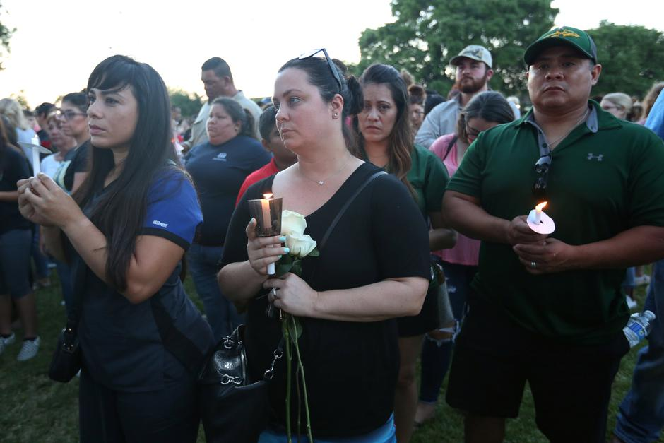 People gather with candles during a vigil held after a shooting left several people dead at Santa Fe High School in Santa Fe, Texas | Autor: Trish Badger