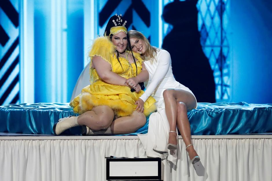 Bar Refaeli, one of the hosts of the 2019 Eurovision Song Contest sits next to Israel's Netta Barzilai, winner of last year's Eurovision Song Contest, during the Grand Final of the contest in Tel Aviv, Israel | Autor: RONEN ZVULUN/REUTERS/PIXSELL/REUTERS/PIXSELL