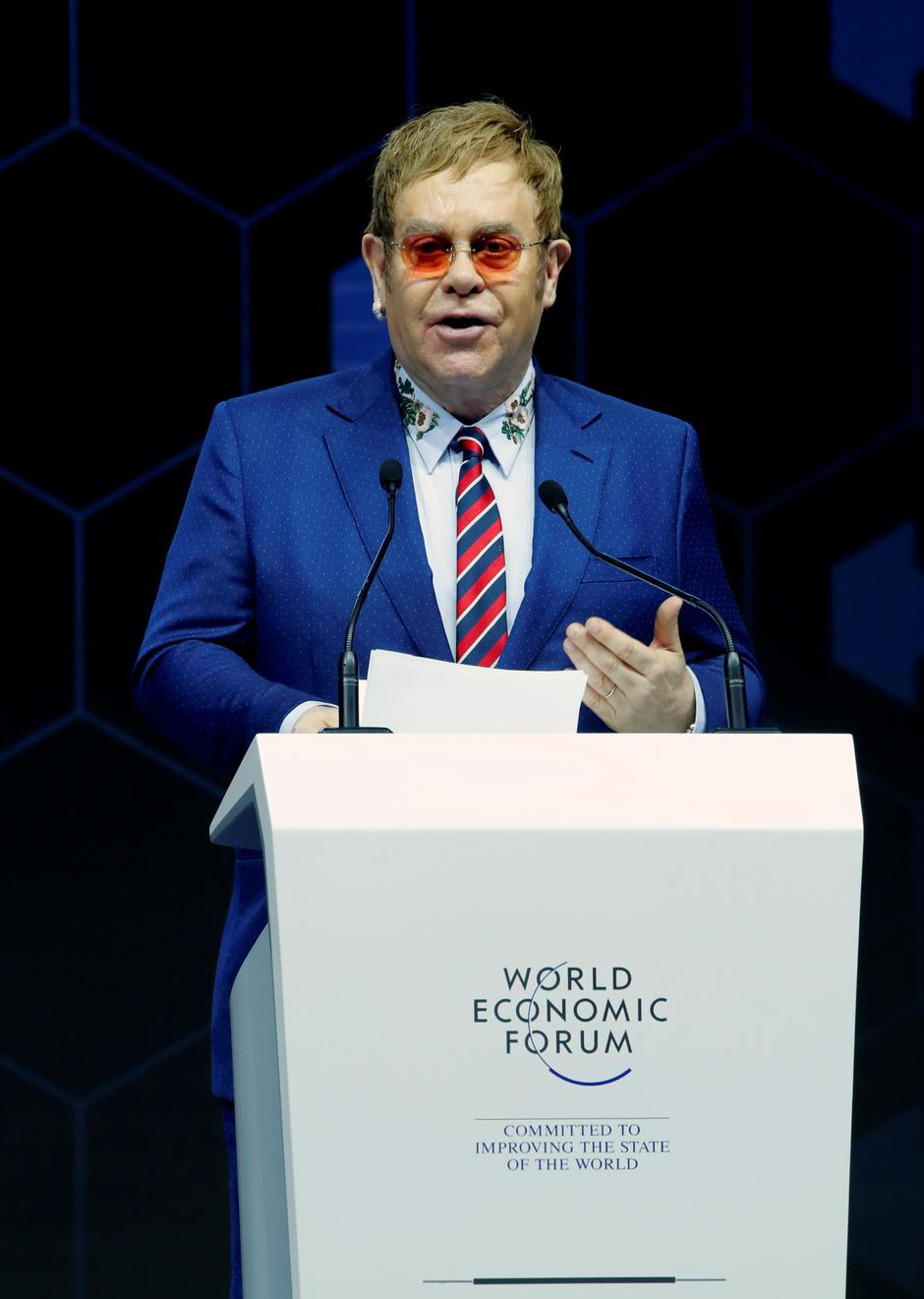 Singer Elton John speaks after receiving a Crystal Award from Hilde Schwab, Chairperson and Co-Founder, Schwab Foundation for Social Entrepreneurship, during the World Economic Forum (WEF) annual meeting in Davos | Autor: DENIS BALIBOUSE/REUTERS/PIXSELL/REUTERS/PIXSELL