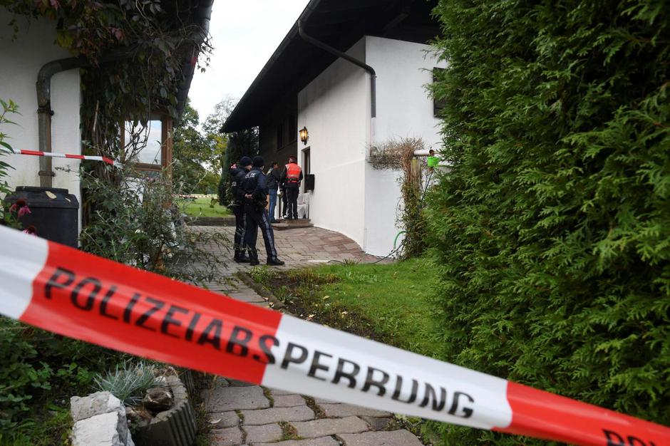 Police officers and rescue workers stand in front of a house where, according to police, five people were found dead in Kitzbuehel | Autor: ZOOM.TIROL/REUTERS/PIXSELL/REUTERS/PIXSELL
