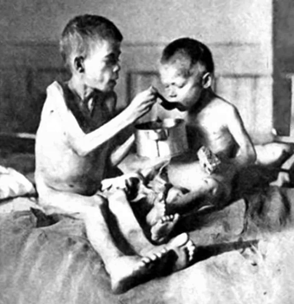 Russia / Ukraine: Emaciated children during the great Ukrainian famine or Holodomor, 1932-1933 | Autor: Pictures From History / AKG / Profimedia