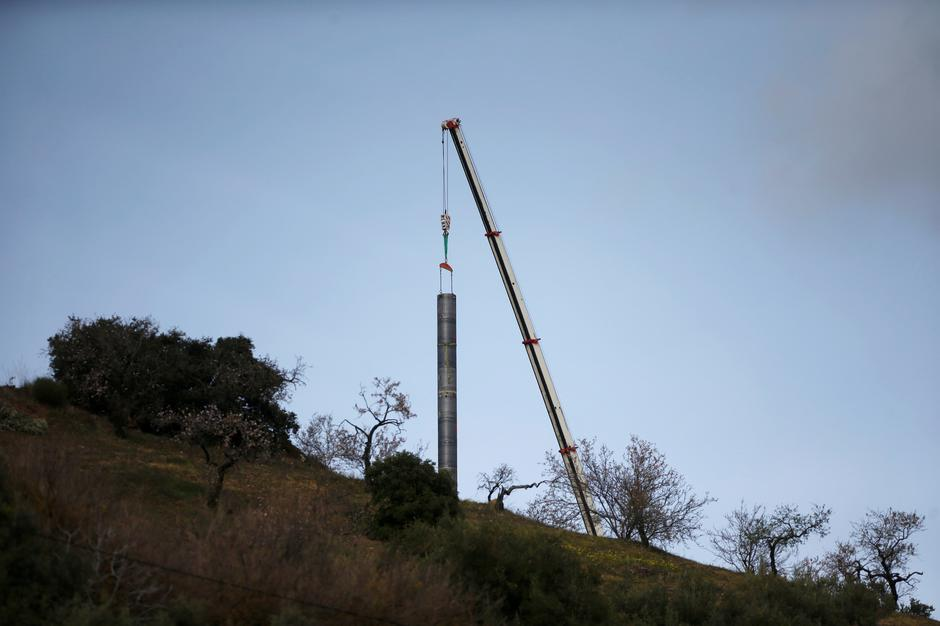 A crane removes steel tubes after failing to place them into the drilled well at the area where Julen, a Spanish two-year-old boy, fell into a deep well nine days ago when the family was taking a stroll through a private estate, in Totalan | Autor: JON NAZCA