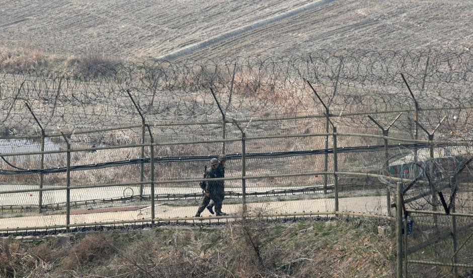 Paju, South Korea. 1st April 2014. South Korean soldiers patrol along the military fences near DMZ, Paju, South Korea, on Tuesday April 1, 2014. North and South Koreas exchanged artillery fire across the western maritime border, the Northern Limit Line (N | Autor: Jaewon Lee / Alamy / Alamy / Profimedia