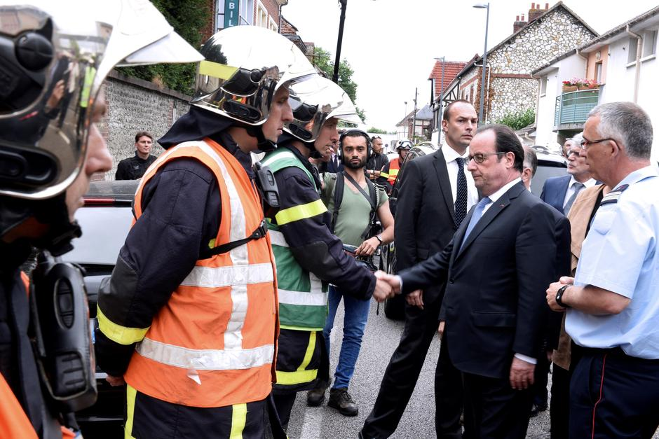 French President Francois Hollande shakes hands with French firemen as he arrives after a hostage-taking at a church in Saint-Etienne-du-Rouvray | Autor: Etienne Laurent/REUTERS