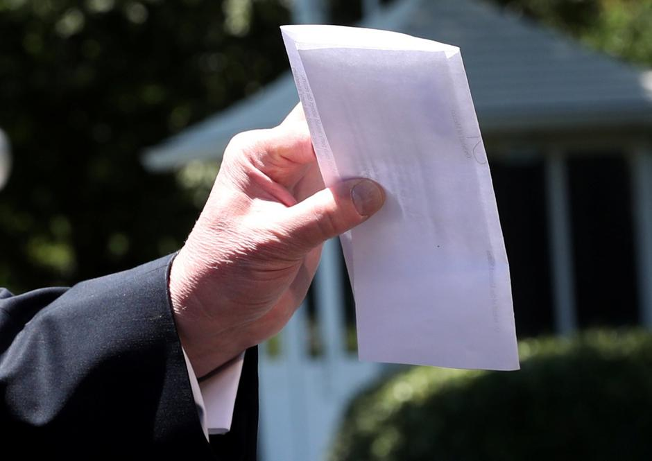 U.S. President Trump holds copy of regional asylum plan as he departs for travel to Iowa from the White House in Washington | Autor: LEAH MILLIS/REUTERS/PIXSELL/REUTERS/PIXSELL