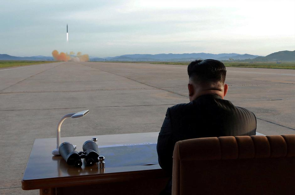 North Korean leader Kim Jong Un watches the launch of a Hwasong-12 missile in this undated photo released by North Korea's KCNA | Autor: KCNA