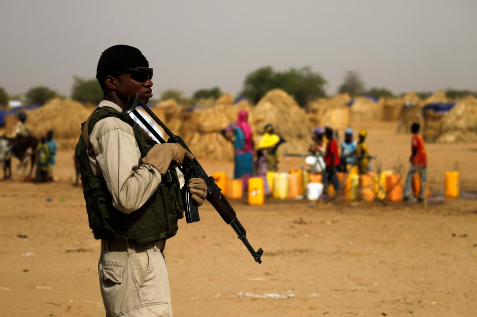 A Nigerien soldier stands guard in a camp of the city of Diffa during the visit of Niger's Interior Minister Mohamed Bazoum following attacks by Boko Haram fighters in the region of Diffa | Autor: LUC GNAGO