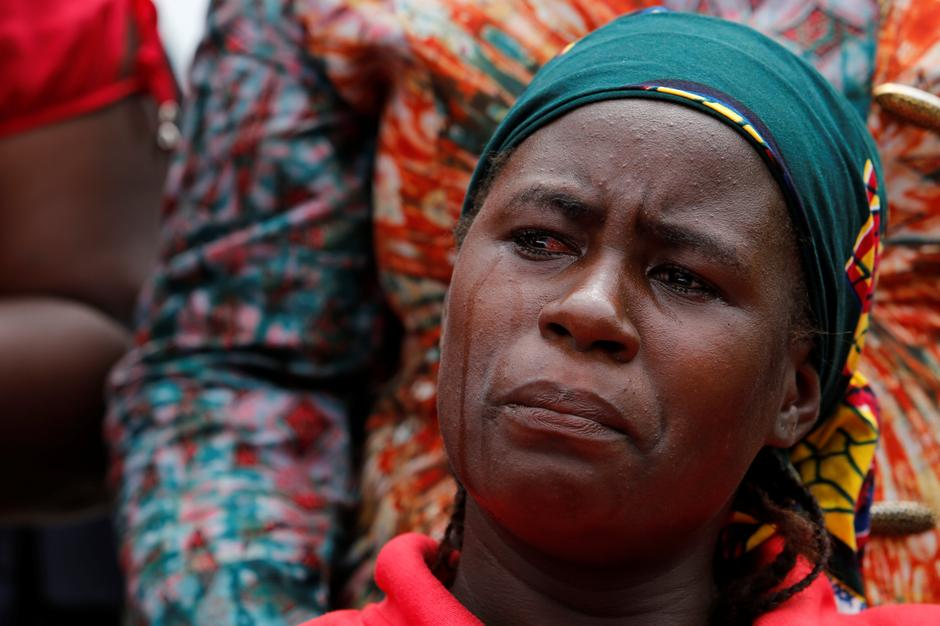 A parent of one of the abducted Chibok school girls cries after the police prevented the parents access to see President Muhammadu Buhari during a rally in Abuja, Nigeria | Autor: AFOLABI SOTUNDE