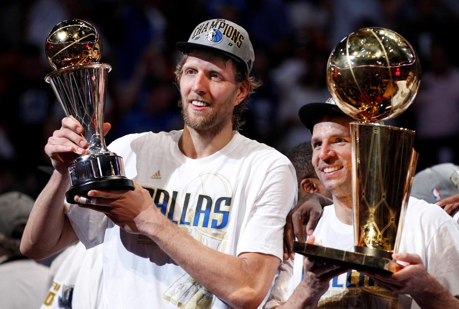 File Photo: Mavericks' Nowitzki holds the Bill Russell NBA Finals MVP trophy as Kidd holds the Larry O'Brien Championship Trophy after their team defeated the Heat to win the NBA Finals basketball series in Miami | Autor: HANS DERYK/REUTERS/PIXSELL/REUTERS/PIXSELL