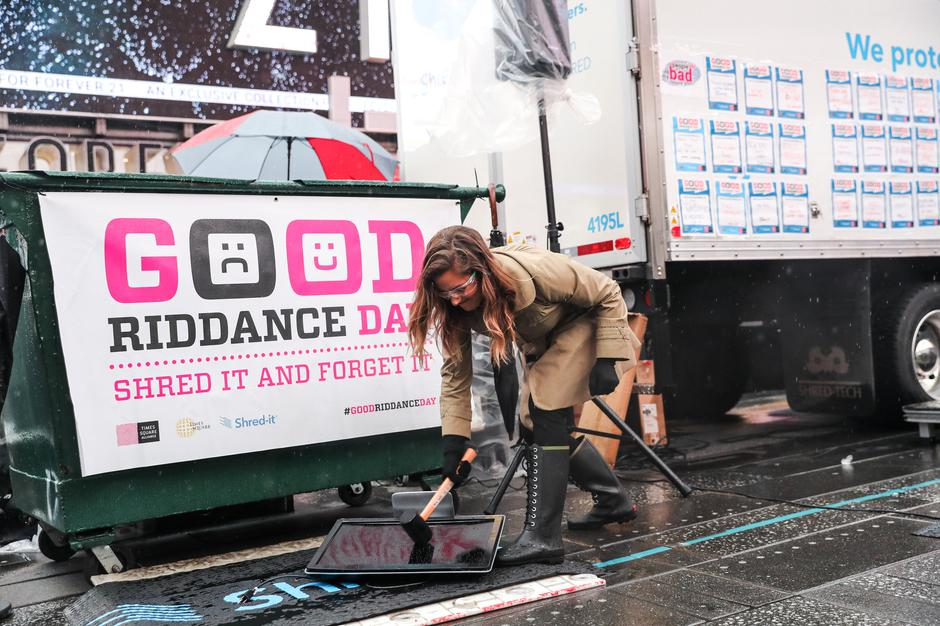 Allison Hagendorf mashes computer parts with a hammer during the National Good Riddance day ceremonial shredding of bad memories of 2018 in Times Square | Autor: JEENAH MOON