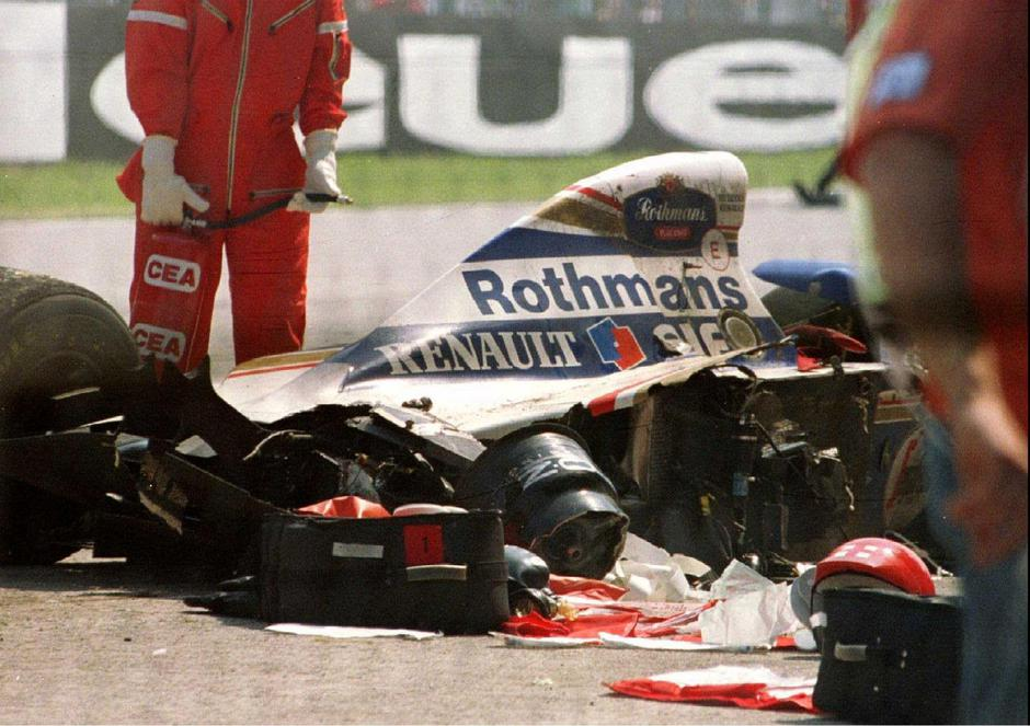 FILE PHOTO: Blood-stained medical equipment is seen surrounding Senna's Williams Renault car in Imola | Autor: Str Old/REUTERS/PIXSELL/REUTERS/PIXSELL