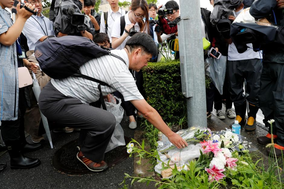 A man placed flowers near the torched Kyoto Animation building to mourn the victims of the arson attack in Kyoto | Autor: KIM KYUNG HOON/REUTERS/PIXSELL/REUTERS/PIXSELL