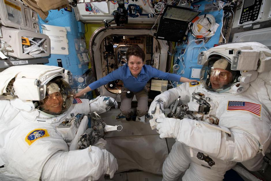 Astronaut Anne McClain assists fellow astronauts Christina Koch and Nick Hague ahead of a set of upcoming spacewalks at the International Space Station | Autor: NASA/REUTERS/PIXSELL/REUTERS/PIXSELL