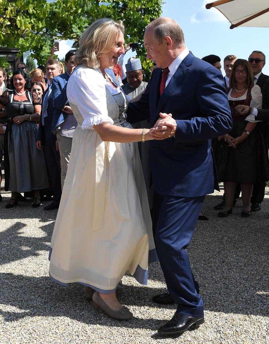 Austria's Foreign Minister Kneissl dances with Russia's President Putin at her wedding in Gamlitz | Autor: POOL