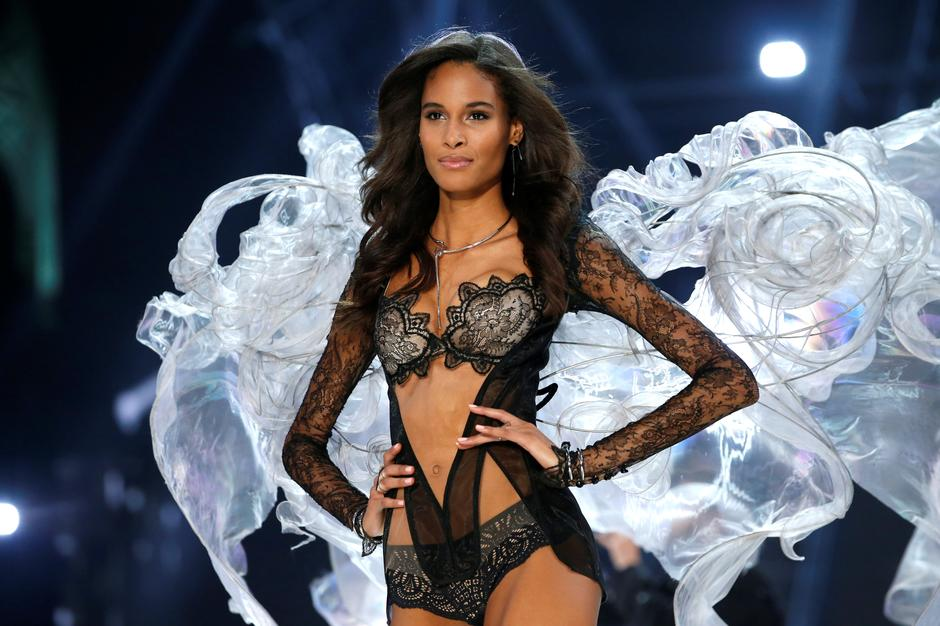 Model Cindy Bruna presents a creation during the 2016 Victoria's Secret Fashion Show at the Grand Palais in Paris | Autor: CHARLES PLATIAU