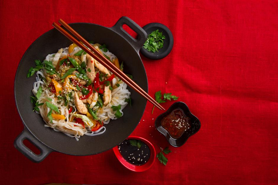 Asian rice noodles wok with chicken and vegetables | Autor: Dreamstime
